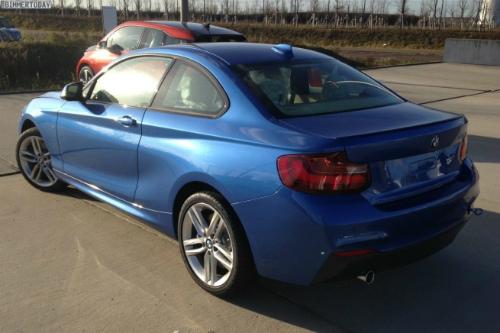 BMW-2er-M-Sportpaket-F22-Estorilblau-Live-Fotos-RHD-3-655x436